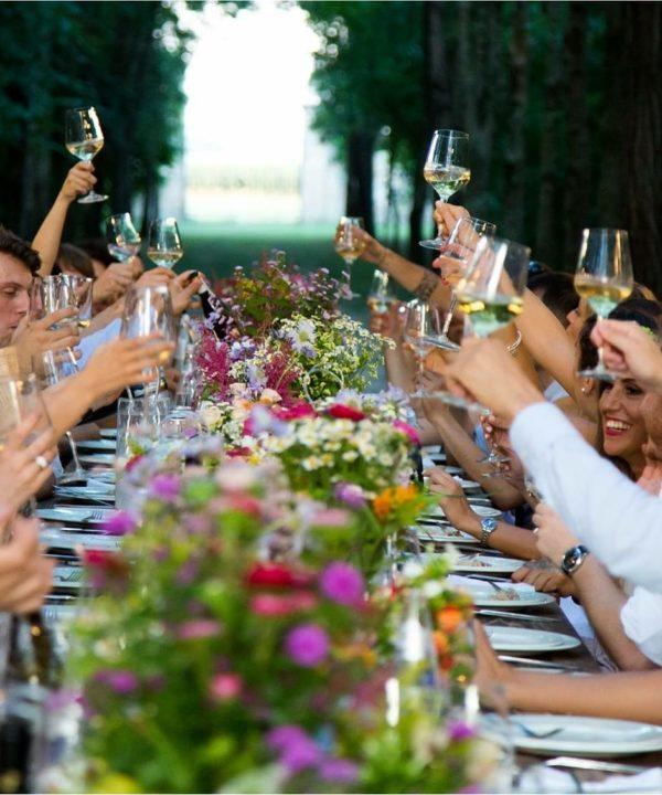 Grande table avec tous les invités levant leur verre - Mariage-Perpignan -